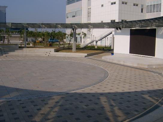 行政大樓戶外圓型廣場02