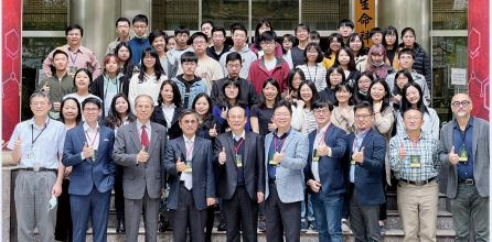 The Group Photo of Entrepreneurs, Director of CTSP Bureau, Maw-Shin Hsu (the 4th from the left in the front row), Deputy Director of TARI, Jyh-Rong Tsay  (the 3rd from the left in the front row), Vice Principal of NCHU, Hsien Yang, Yang (the 5th from the left in the front row) and Important Guests as well as Students.