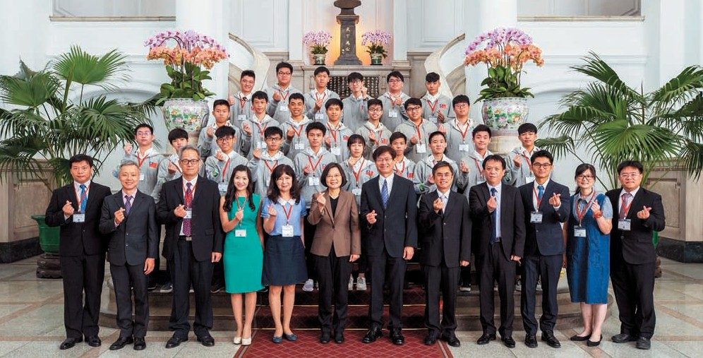 President Ing-Wen Tsai Meets FRC Highest Rookie Seed Award Winning Team - Taipei Municipal Nangang Vocational High School