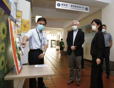 Director of CTSP Bureau, Maw-Shin Hsu (1st from the left) Explain AUO's Controlling Method of the Public Facility at Migrant Worker Dormitory to Minister of Science and Technology, Tsung-Tsong Wu (2nd from the left).
